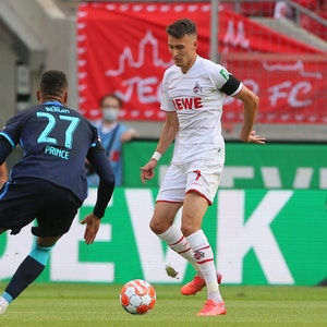 Kevin-Prince Boateng von Hertha BSC gegen Dejan Ljubicic (1. FC Köln),