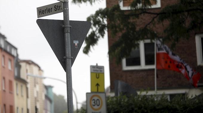 """Straßenschilder an der Kreuzung Alte Wipperfürther Straße/Herler Straße in Köln-Buchheim. Bei Alte Wipperfürther Straße fehlt auf dem Straßenschild ein """"r""""."""