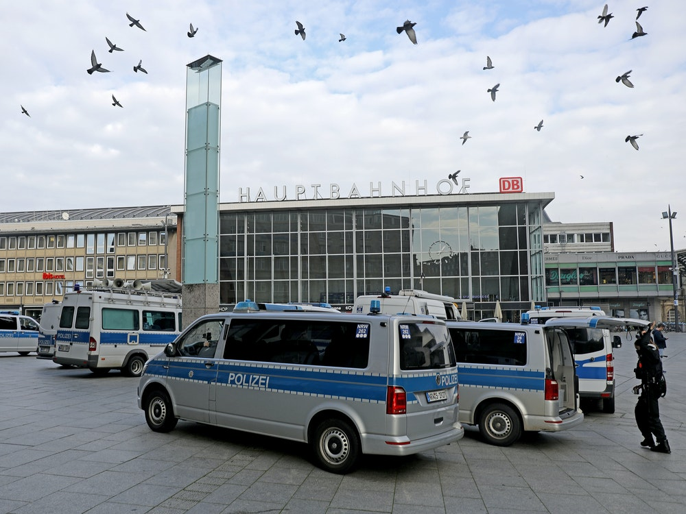 Polizeifahrzeuge stehen vor dem Kölner Hauptbahnhof.
