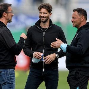 Fredi Bobic, Arne Friedrich und Pal Dardai von Hertha BSC unterhalten sich auf dem Platz.