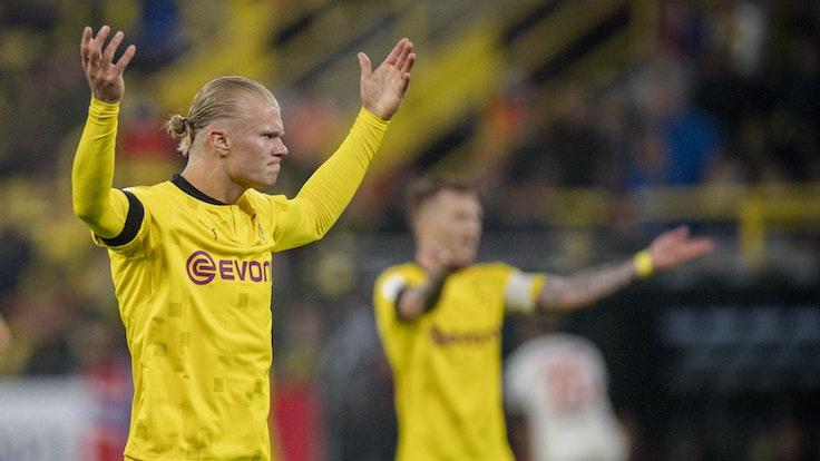 Erling Haaland von Borussia Dortmund gestikuliert beim Spiel gegen Bayern München auf dem Platz.