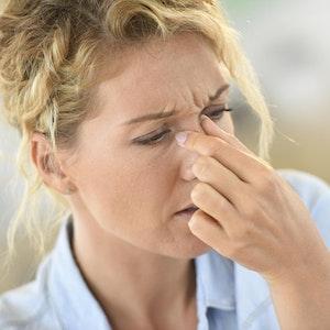 Eine Nasennebenhöhlenentzündung kann auf die umliegenden Bereiche übergreifen.