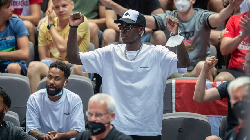Dennis Schröder feuert die deutsche Basketball-Nationalmannschaft als Zuschauer an.