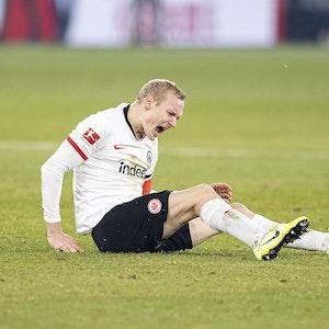 Sebastian Rode sitzt auf dem Rasen und schreit vor Schmerzen.