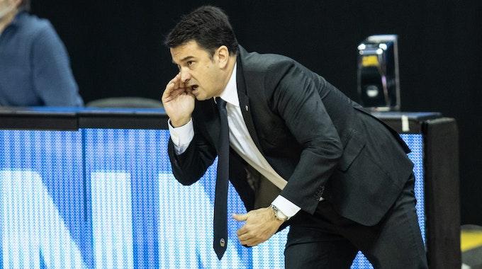 Alba Berlins Co-Trainer Israel Gonzalez ruft seinem Team etwas zu.