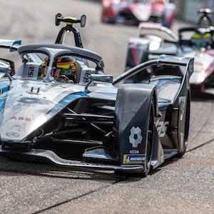 Stoffel Vandoorne vom Mercedes-Benz EQ Formula E Team fährt auf der Rennstrecke in Berlin.