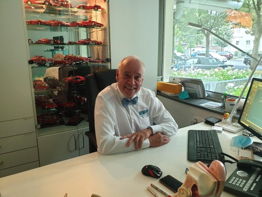 Impfarzt Dr. Jürgen Zastrow in seinem Büro.