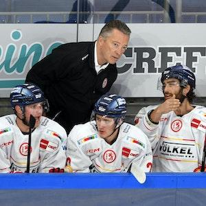 Mike Fischer, Cedric Schiemenz und Jerry D'Amigo von der Düsseldorfer EG sprechen mit Trainer Harold Kreis.