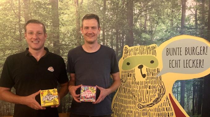 Mario Binder und Ulrich Glemnitz (v.l.) stehen in ihrem Restaurant und zeigen ihre Produkte.