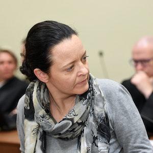 02.05.2018, Bayern, München: Die Angeklagte Beate Zschäpe und ihr Anwalt Mathias Grasel (r) unterhalten sich im Oberlandesgericht München im NSU-Prozess. Im Prozess um die Morde und Terroranschläge des 'Nationalsozialistischen Untergrunds' (NSU) werden die Schlussvorträge der Anwälte des Mitangeklagten Carsten S. erwartet. Foto: Tobias Hase/dpa ++ +++ dpa-Bildfunk +++; Die Angeklagte Beate Zschäpe im Jahr 2018 in München vor Gericht.