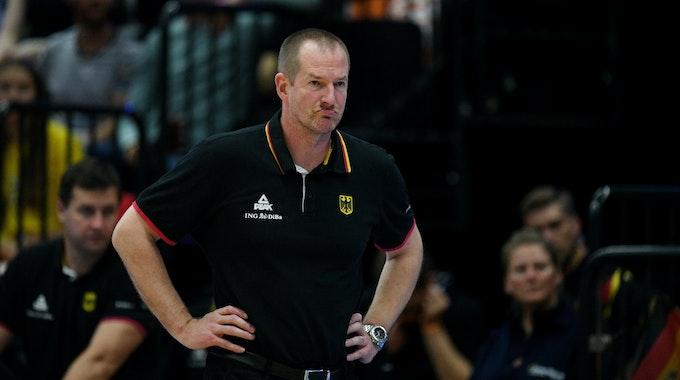 Deutschlands Bundestrainer Hendrik Rödl steht am Spielfeldrand.