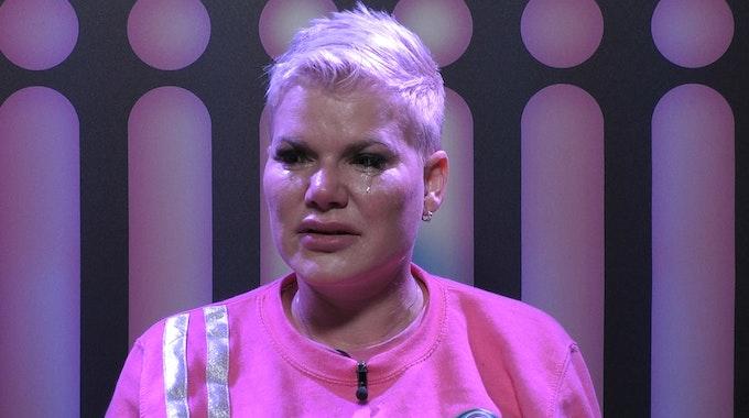 Promi Big Brother 2021: Melanie wird von ihrem Gefühlen übermannt und es kullern dicke Tränen.