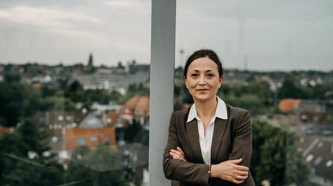 Kölner Lehrerin Ayla Celik (52) und Chefin der Gewerkschaft GEW steht auf einer Terrasse.