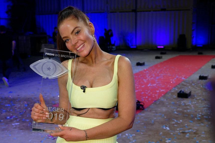 Siegerin Janine Pink steht nach dem Finale der Sat.1-Show «Promi Big Brother» mit dem Preis im Studio.