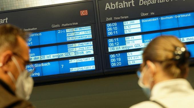 Anzeigetafeln im Hauptbahnhof verkünden streikbedingte Zugausfälle.