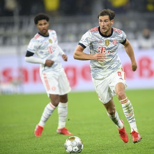 Leon Goretzka dribbelt mit dem Ball im Spiel gegen Dortmund über den Rasen.