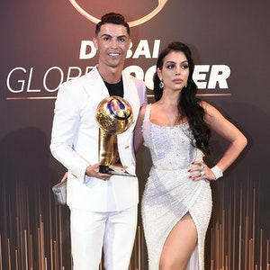 Cristiano Ronaldo steht mit seiner Auszeichnungen vom 10. Globe Soccer Award neben seiner Lebenspartnerin Georgina Rodriguez.