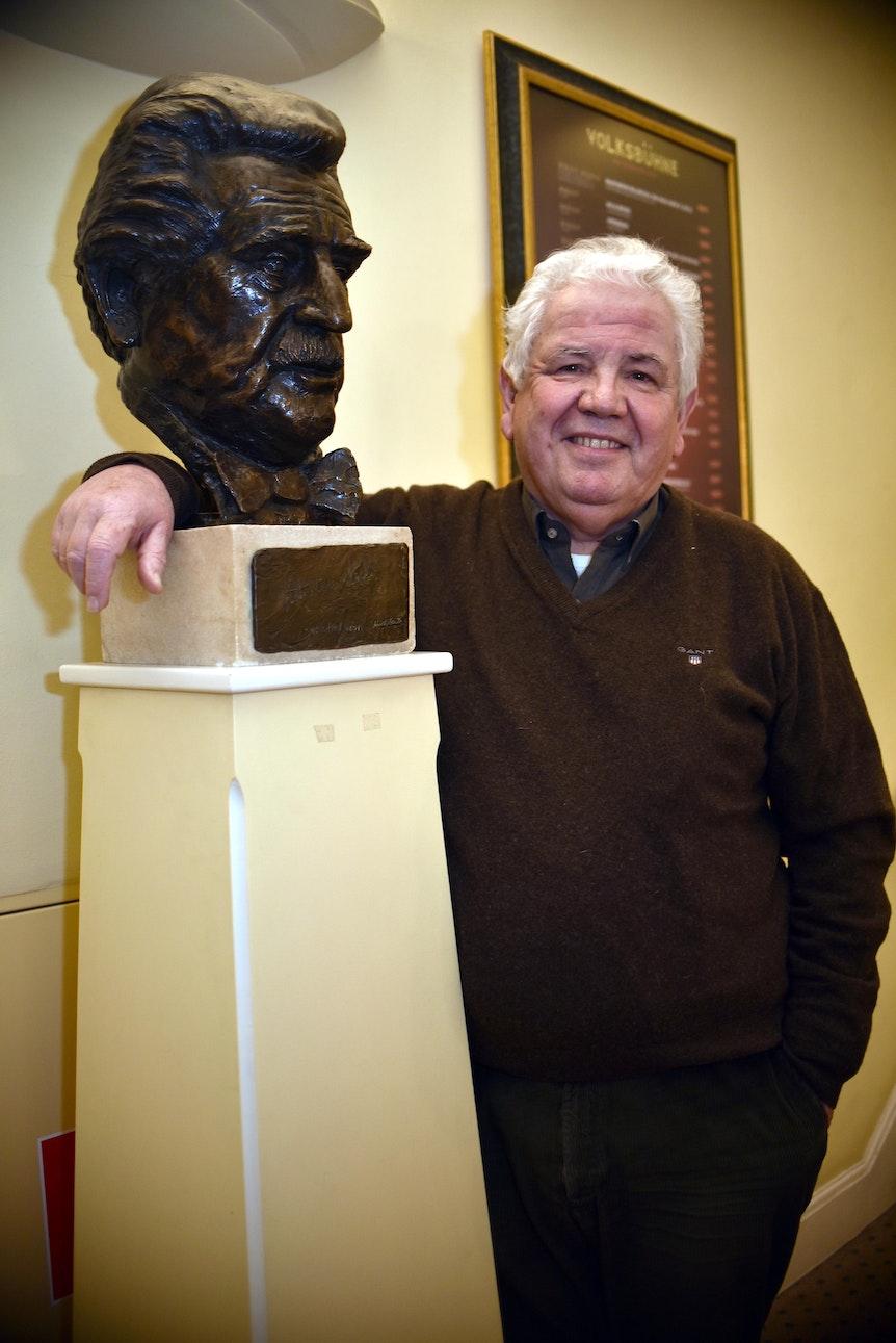 Peter Willowitsch steht neben der Büste seines Vaters.