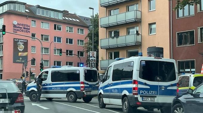 Polizeiwagen stehen an der Universitätsstraße in Köln-Lindenthal