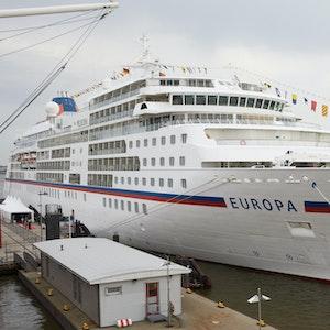 Das Kreuzfahrtschiff MS Europa liegt im Jahr 2019 in Hamburg am Pier an der Überseebrücke.