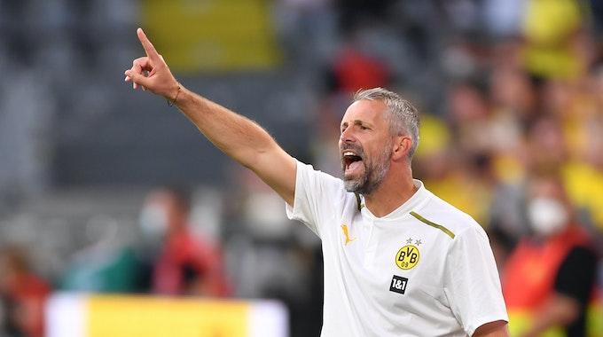 Dortmunds Trainer Marco Rose gibt Anweisungen.