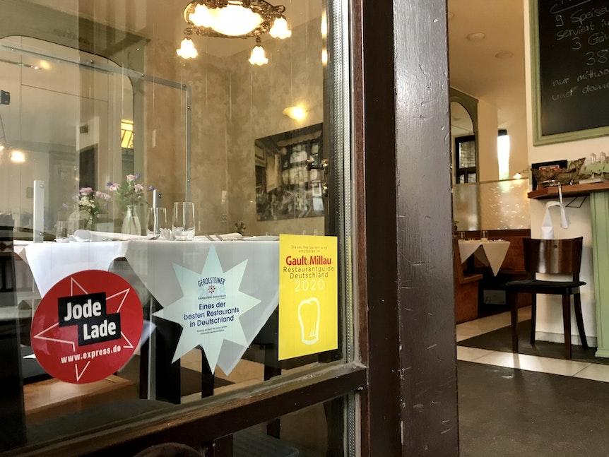 Blick auf die Eingangstür des Restaurant mit dem Jode-Lade-Aufkleber.