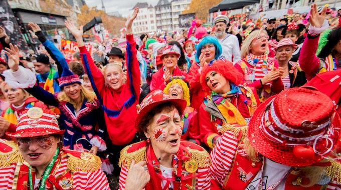 Jecken jubeln um 11:11 Uhr auf dem Heumarkt beim Auftakt der Karnevalssession.