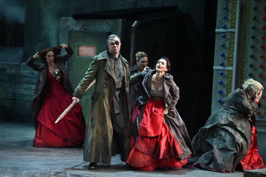 """Simon Neal (Wotan), Katarzyna Kuncio (Waltraute),Linda Watson (Brünnhilde), vorne - Evelyn Krahe (Schwertleite), Jessica Stavros (Gerhilde), hinten, bei der Probe zum Stück """"Die Wallküre"""" von Richard Wagner in der Deutschen Oper am Rhein in Düsseldorf."""