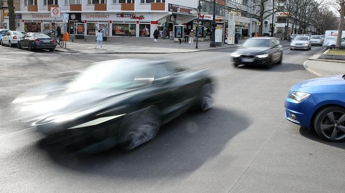 Nach einem Raser-Unfall in Trier mit einem lebensgefährlich verletzten Fußgänger fahndet die Polizei jetzt öffentlich nach dem Fahrer des Tatautos.
