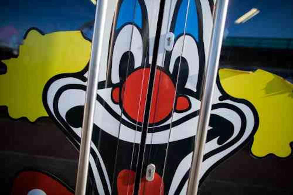 Der breit lachende Clown, das Logo des Kostüm-Riesen Deiters.