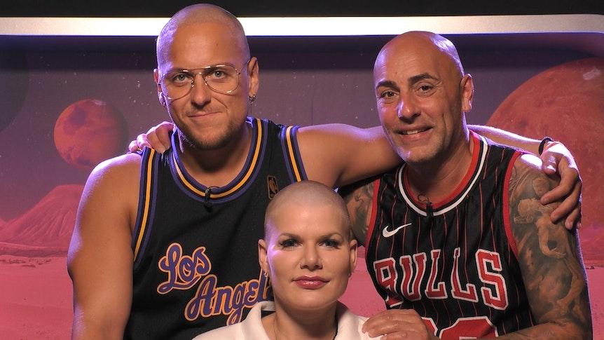 Haarloses Trio auf dem Big Planet. Danny Liedtke (l.) Melanie Müller und Paco Steinbeck mit Glatze bei Promi Big Brother 2021