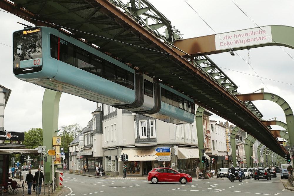 Eine Schwebebahn fährt im Wuppertaler Ortsteil Vohwinkel.