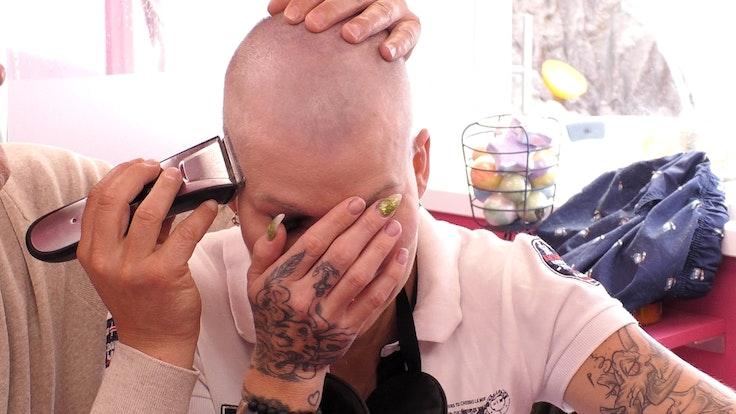 """Melanie Müller lässt siche bei """"Promi Big Brother"""" eine Glatze rasieren."""