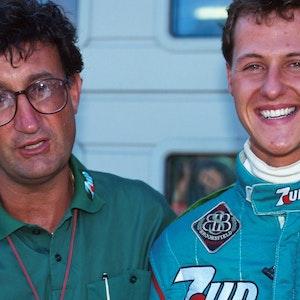 Michael Schumacher und Eddie Jordan stehen an der Rennstrecke in Spa nebeneinander.