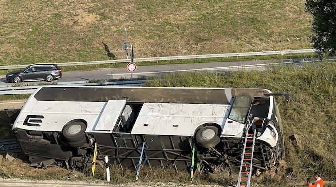 Ein umgekippter Reisebus liegt an der Straße. Bei dem Busunfall im niederbayerischen Landkreis Kelheim sind zwei Menschen schwer verletzt worden.