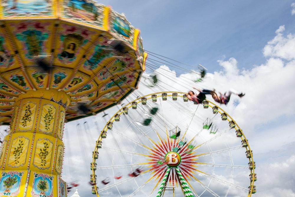 Besucher fahren auf dem Pop-Up-Freizeitpark «Düsselland» mit einem Riesenkettenkarussell.