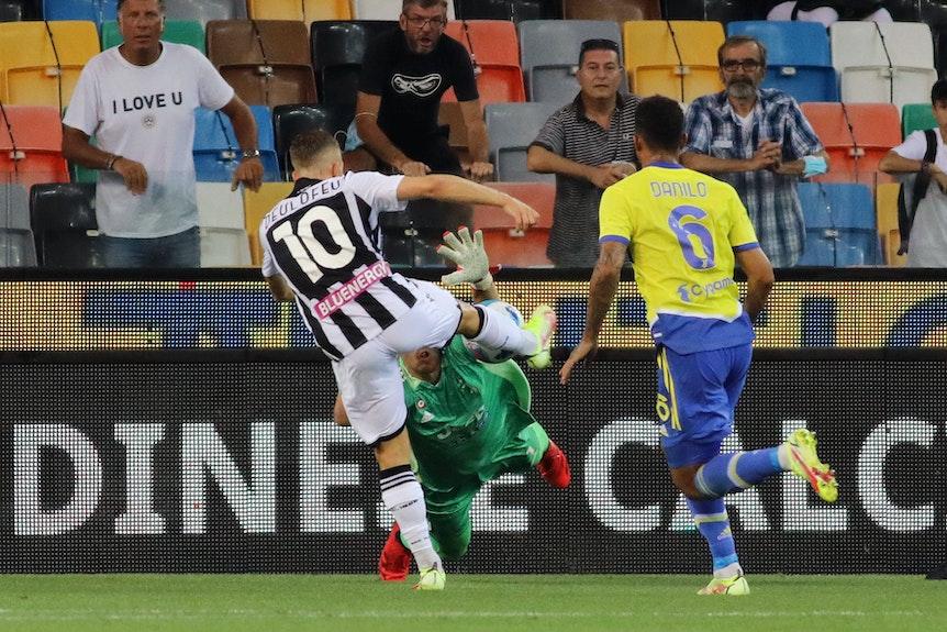 Deulofeu schießt den Ball ins Tor, Wojciech Szczesny hechtet hinterher.