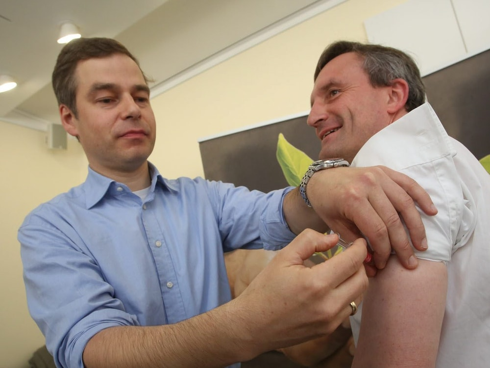 Gesundheitsamtsleiter Dr. Klaus Göbels (l.) bei einer Impfung seines früheren Chefs Thomas Geisel.