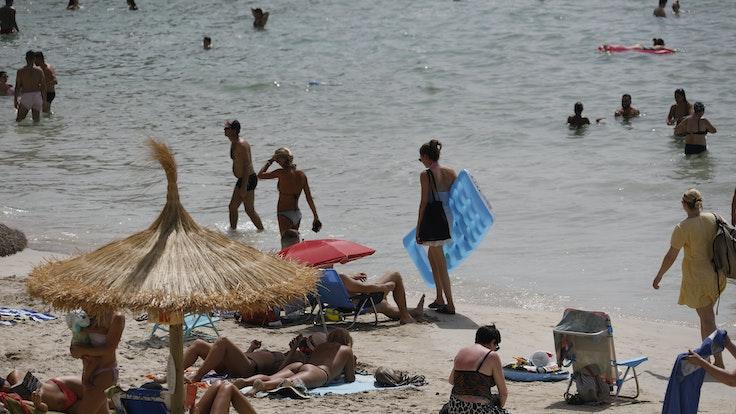 Die beiden Frauen sind beim Schwimmen plötzlich untergegangen (hier ein Archivfoto vom 21. August 2021 von einem Strand auf Mallorca).