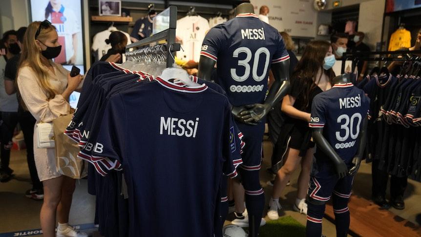 Fans schauen sich das Trikot von Lionel Messi im Fanshop von PSG an.