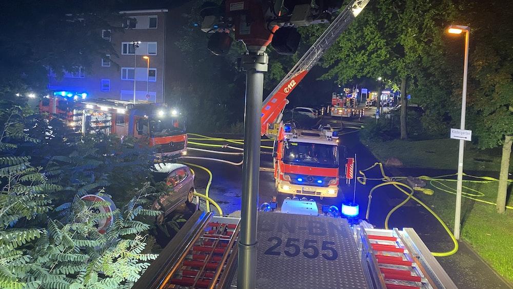 Feuerwehr und Rettungsdienst Bonn bei dem Einsatz in Bonn-Tannenbusch in der Nacht zum Sonntag (22. August).