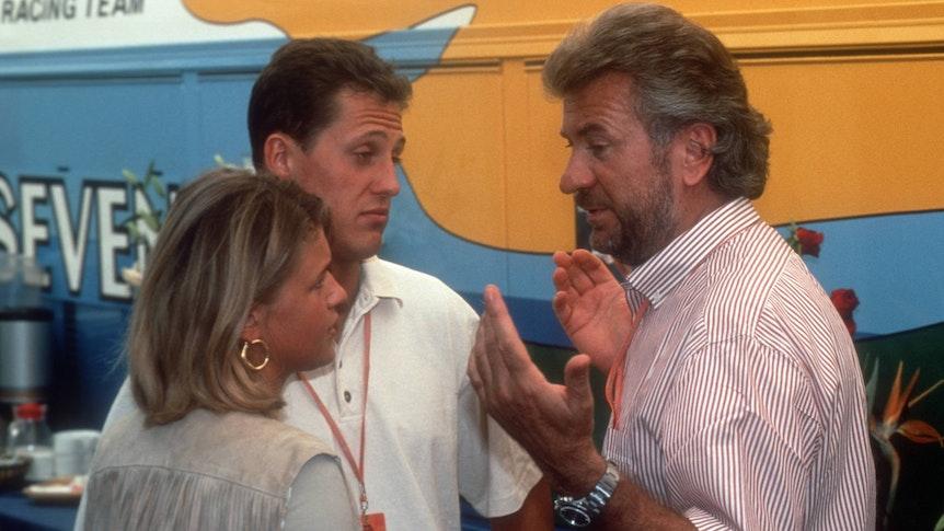 Michael Schumacher im Gespräch mit Manager Willi Weber und seiner Freundin Corinna Betsch.