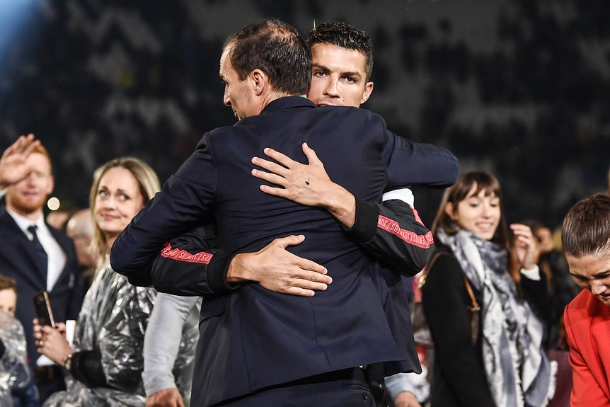 Cristiano Ronaldo umarmt seinen Trainer Massimiliano Allegri.