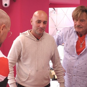 Promi Big Brother 2021: Nach der Rasur wurden die Narben am Hinterkopf von Danny Liedtke (l.) sichtbar. Daneben: Paco Steinbeck und Jörg Draeger.
