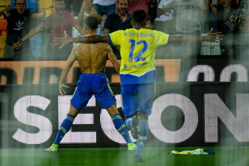 Oberkörperfrei feiert Ronaldo seinen scheinbaren Treffer zum Sieg gegen Udine.