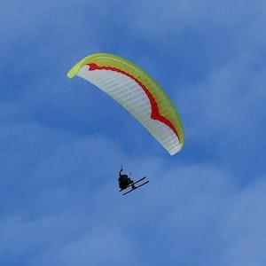 Ein 35-Jähriger verunglückte am Samstag (21. August 2021) bei einem Fallschirm-Sprung. Das Symbolbild wurde am 4. Februar 2021 aufgenommen.