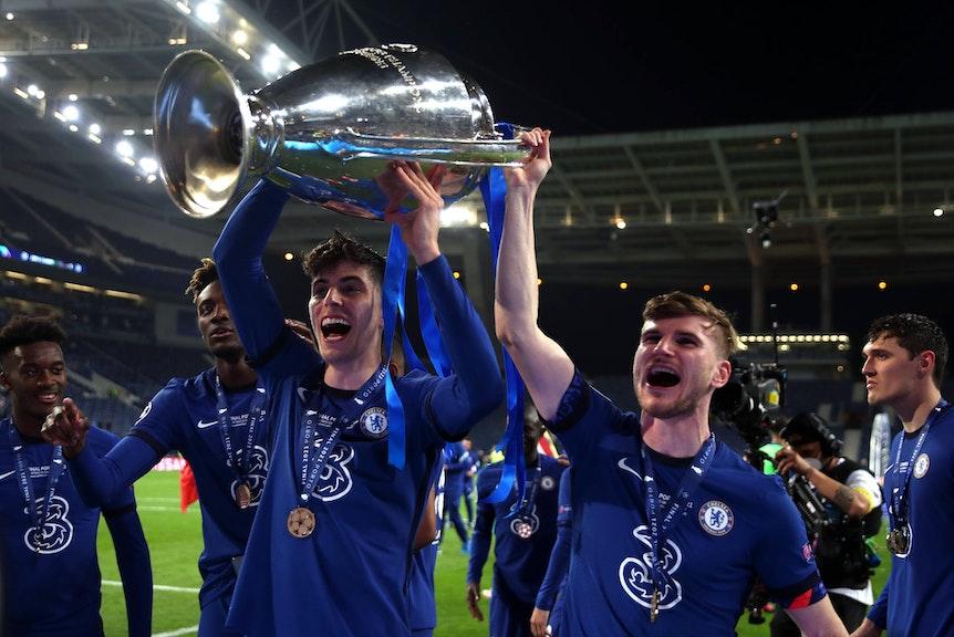 Kai Havertz und Timo Werner halten die Champions-League-Trophäe in die Luft.