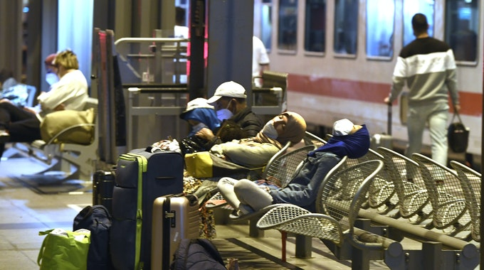 Passagiere am Hauptbahnhof Köln warten auf die Weiterfahrt, die sich auf Grund eines Streiks der Gewerkschaft der Lokführer (GdL) verzögert.
