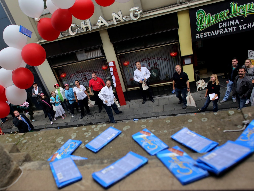 Bei der Karnevalistischen Wurfmeisterschaft müssen die Teilnehmer mit Schokolade in das Fenster eines Hotels in Köln treffen.