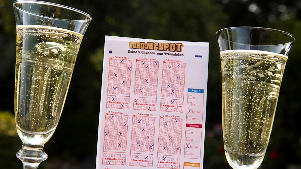 Allen Grund zu feiern hat ein Eurojackpot-Spieler aus Bayern.